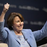 Klobuchar grovels for applause: 'That's when you guys are supposed to cheer, OK?'